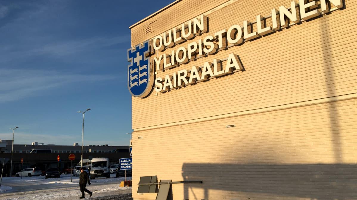 Oulun yliopistollisen sairaalan valokyltti.