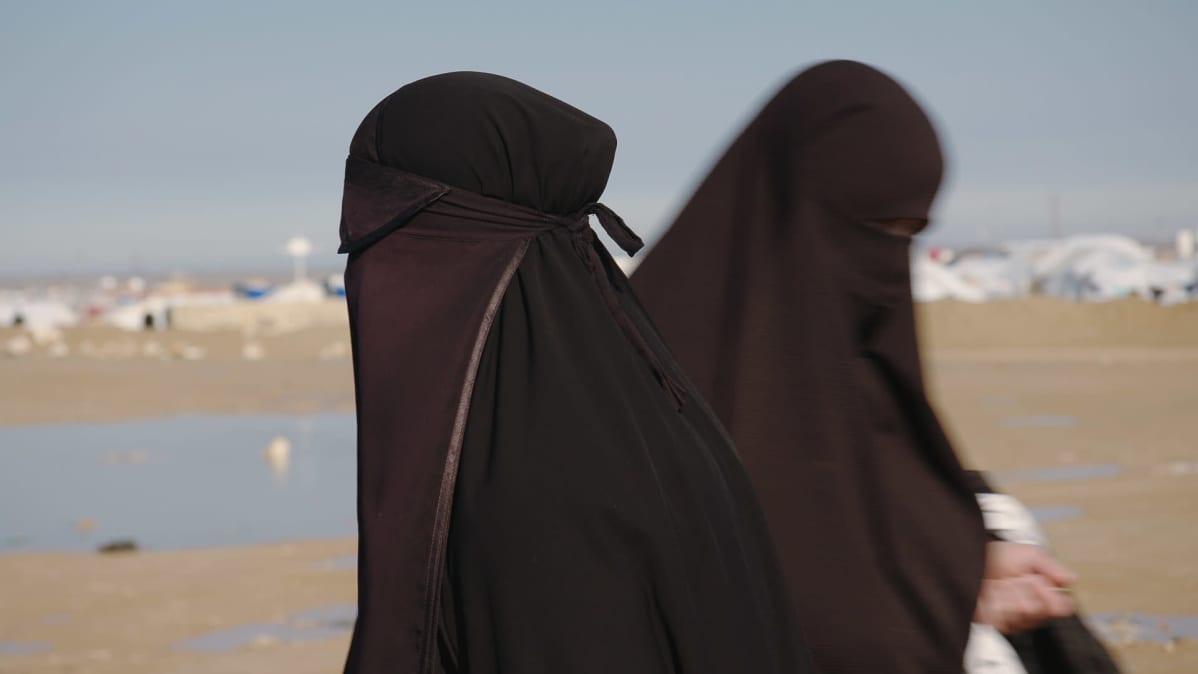 Naisia al-Holin leirillä. Aiempi kuvateksti: Al-Holin leirillä naisten on käytettävä peittävää hijabia. Jos joku poikkeaa pukukoodista, asettaa hän itsensä altiiksi kostoiskuille. Leirissä on jopa tapettu naisia.
