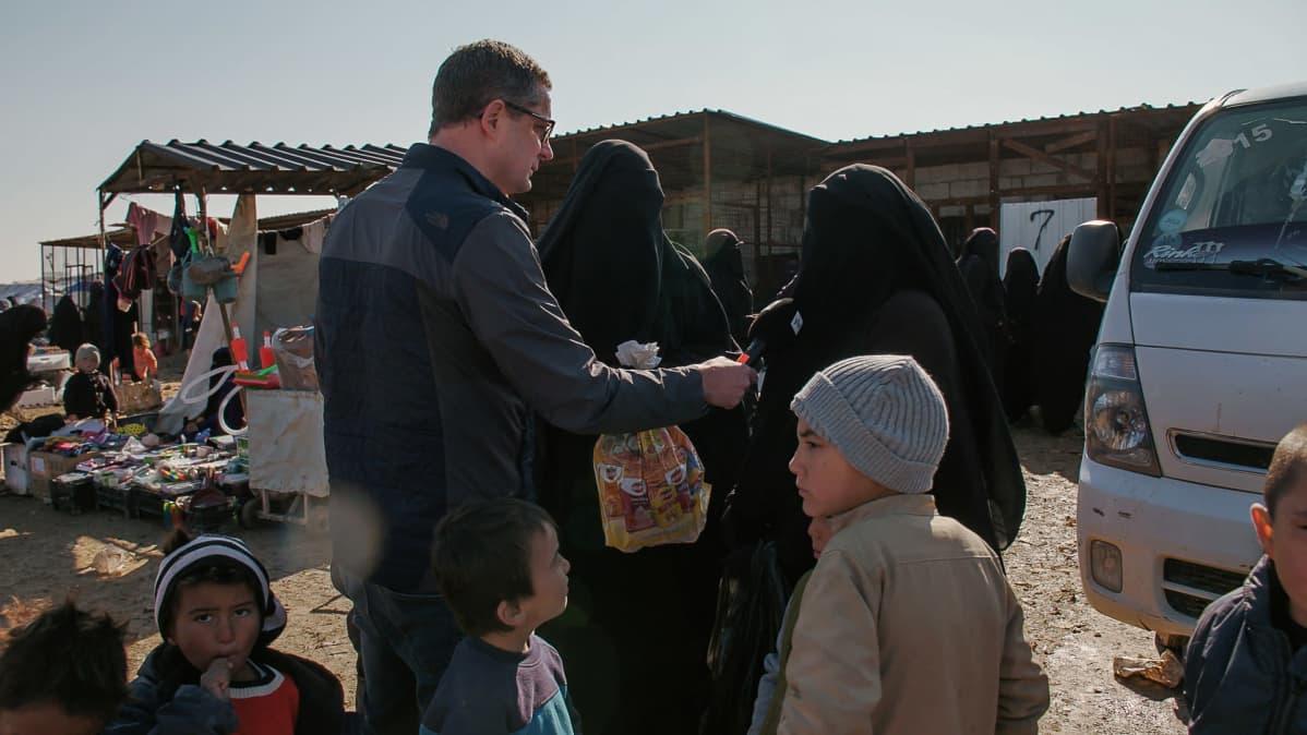 Antti Kuronen haastattelee naista al-Holin leirillä.
