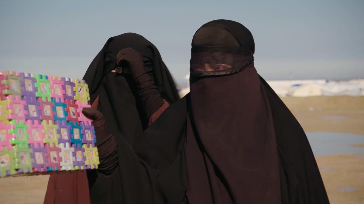 Suomalaisia naisia al-Holin leirillä tammikuussa 2020.