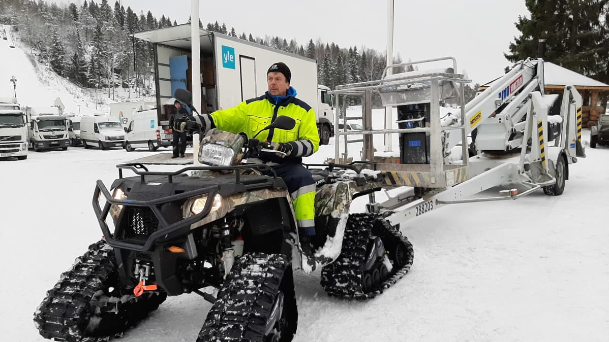 Anders Wikström sekä monet muut paikalliset ovat tehneet pitkiä päiviä, jotta kaikki saadaan valmiiksi.