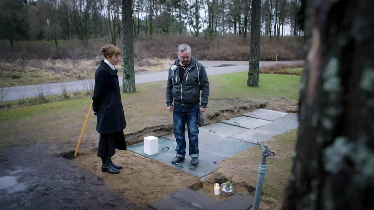 Suntio ja Arvi Kalju seisovat Harri Juhanin haudalla.
