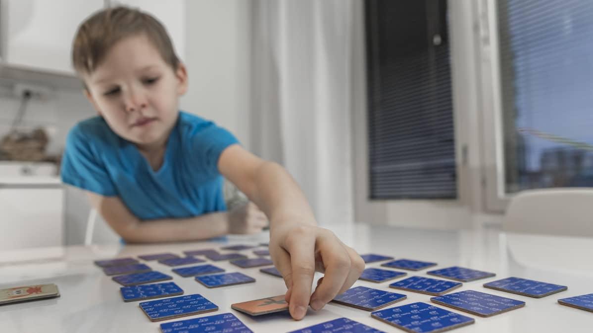Lapsi pelaamassa muistipeliä.