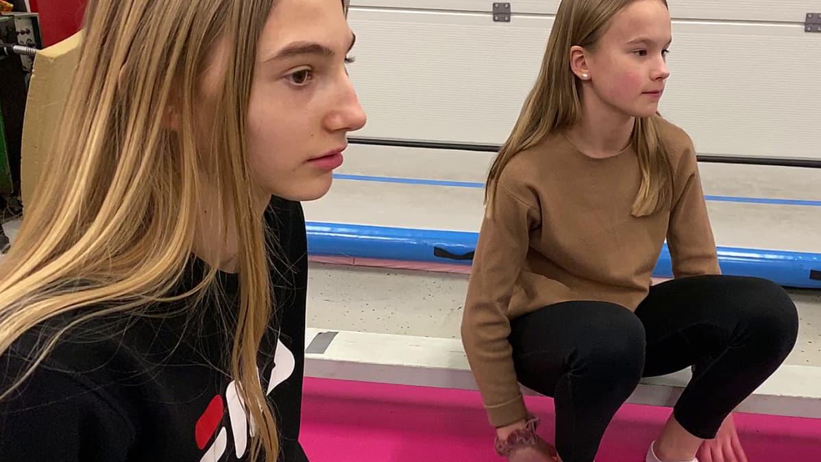 Kuvassa Vilma Knutar ja Ella Erkkilä