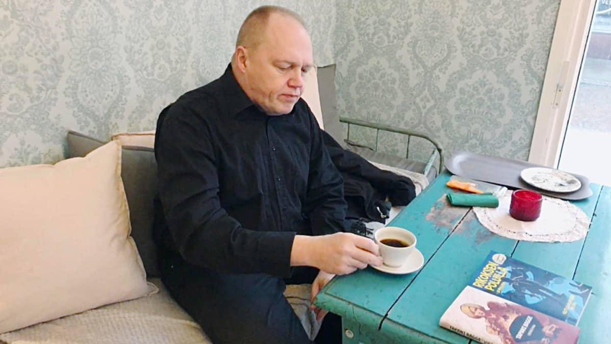 Kirjailija Tapani Bagge hämeenlinnalaisessa kahvilassa.