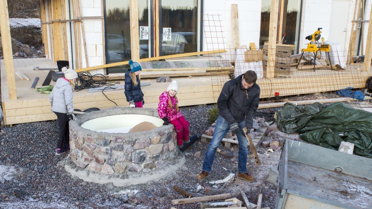 Maria ja Lauri Mäkelän perhe rakentaa itselleen omakotitaloa Porvooseen. Myös lapset ovat olleet välillä mukana tulevan kodin työmaalla, muun muassa he ovat osallistuneet valvotusti roskien keräämiseen ja siivoamiseen äidin kanssa.