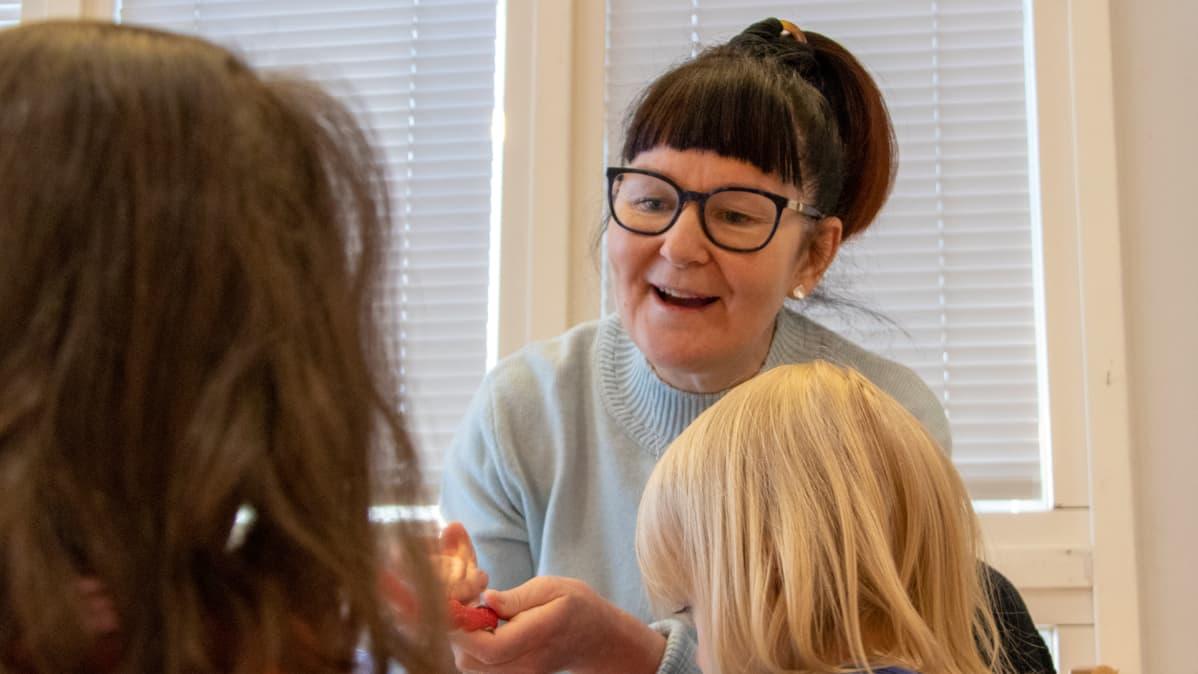 Kuraattori Paula Koskinen lasten parissa Pateniemen päiväkodissa Oulussa