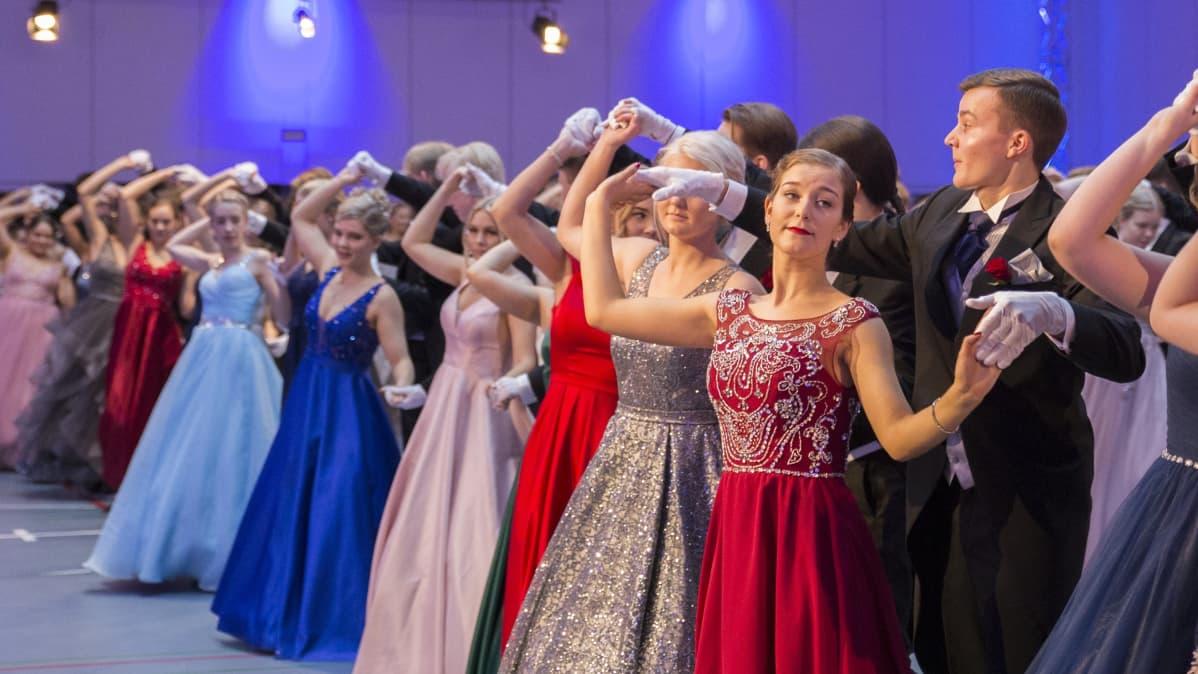 Otaniemen lukion ensimmäiset vanhojen tanssit.