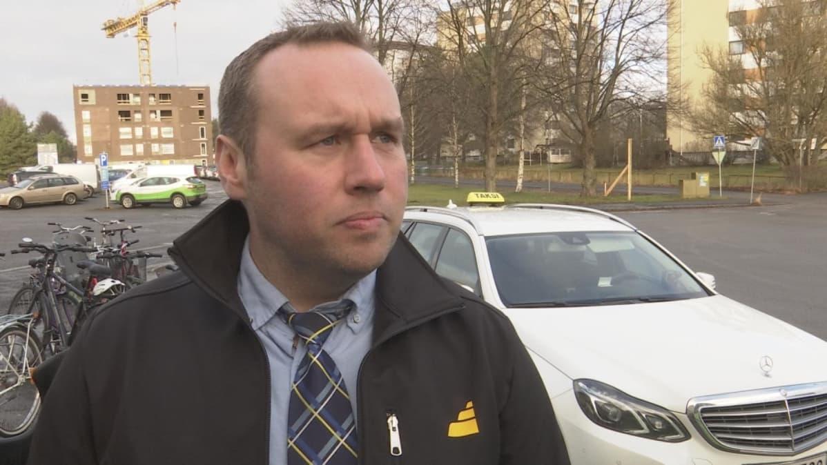 Taksiyrittäjä Mikko Koskinen.