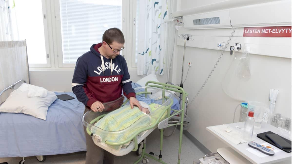 Isä on vauvan kanssa sairaalassa