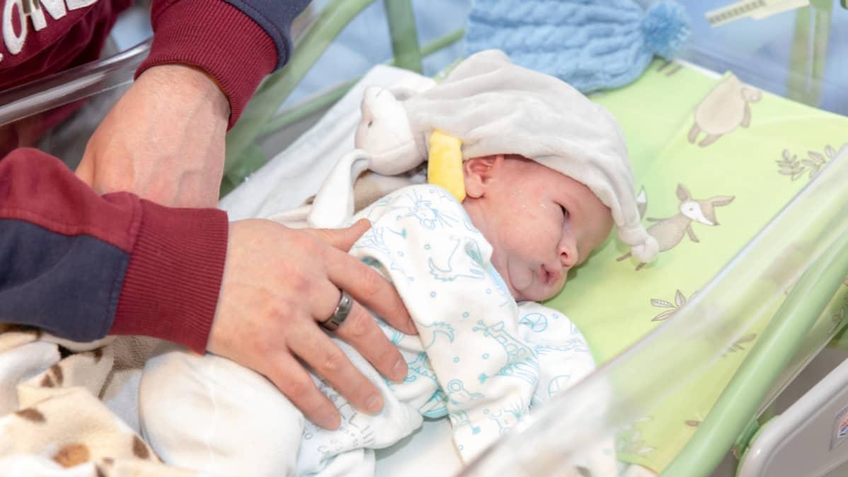 Vauva makaa sairaalasängyssä
