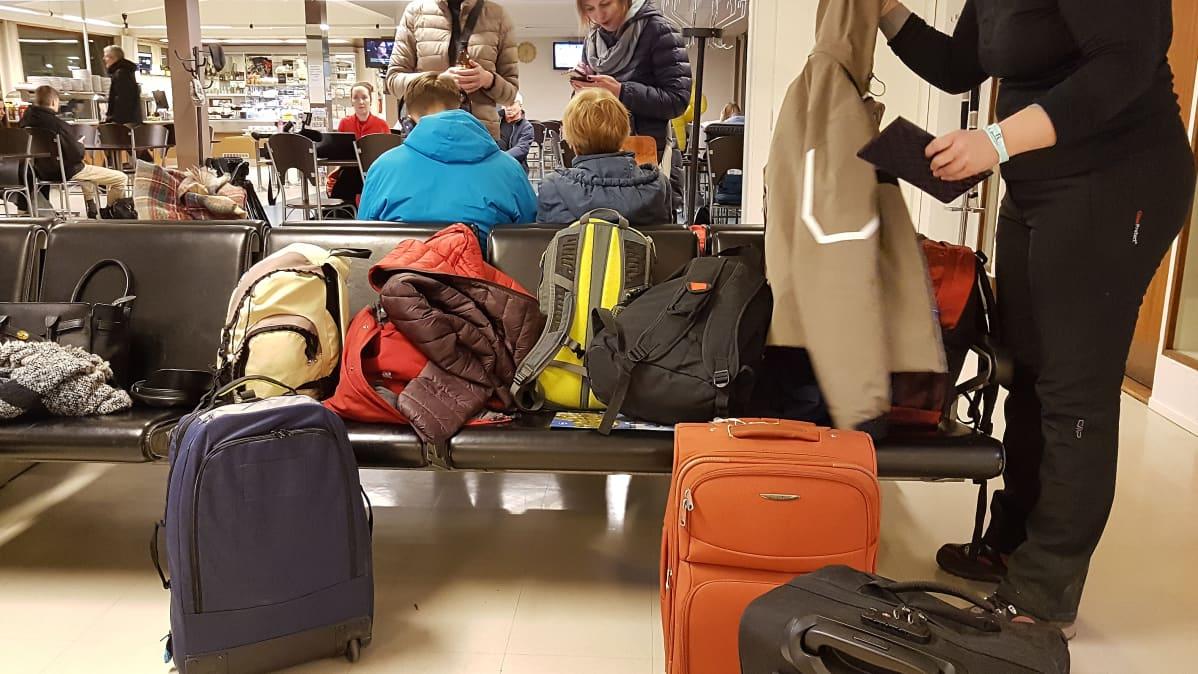 Matkustajia Lappeenrannan lentokentällä