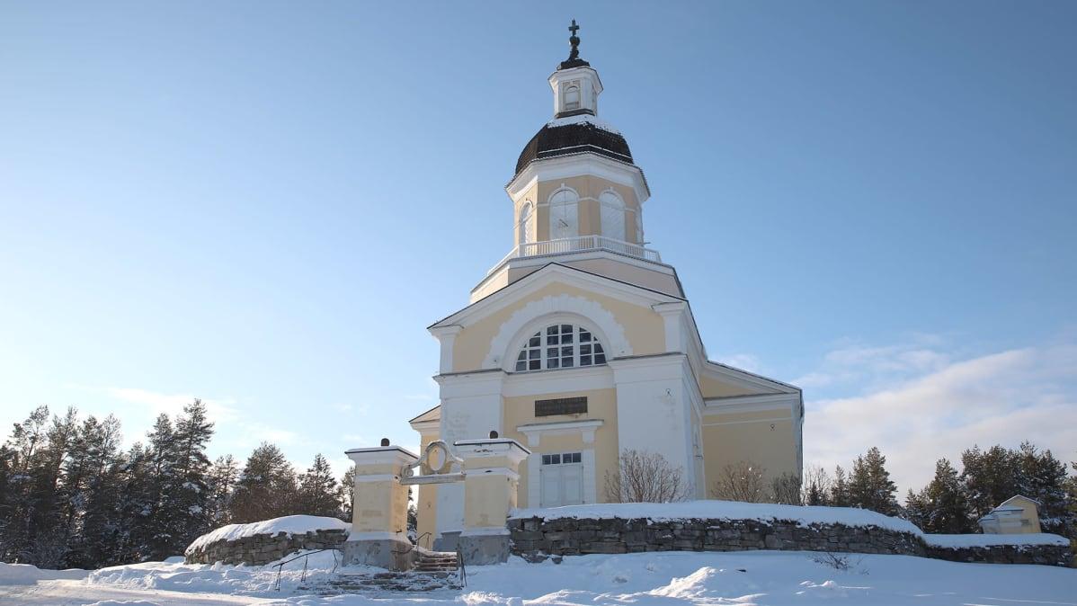 Keminmaan uusi kirkko edestäpäin kuvattuna auringonpaisteessa talvisessa maisemassa.