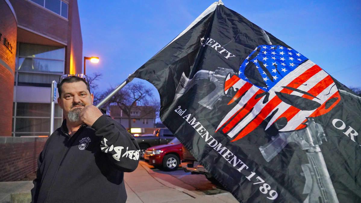 Aseenkanto-oikeutta puolustava mielenosoittaja Monroessa Michiganissa
