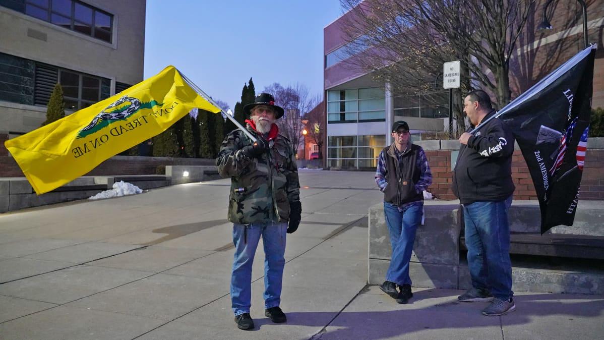 Aseenkanto-oikeutta puolustavia mielenosoittajia Monroessa Michiganissa