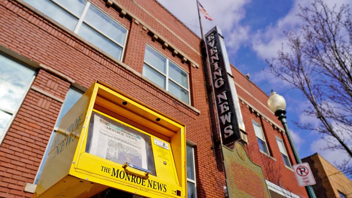Monroe News -sanomalehden myyntiautomaatti ja rakennus
