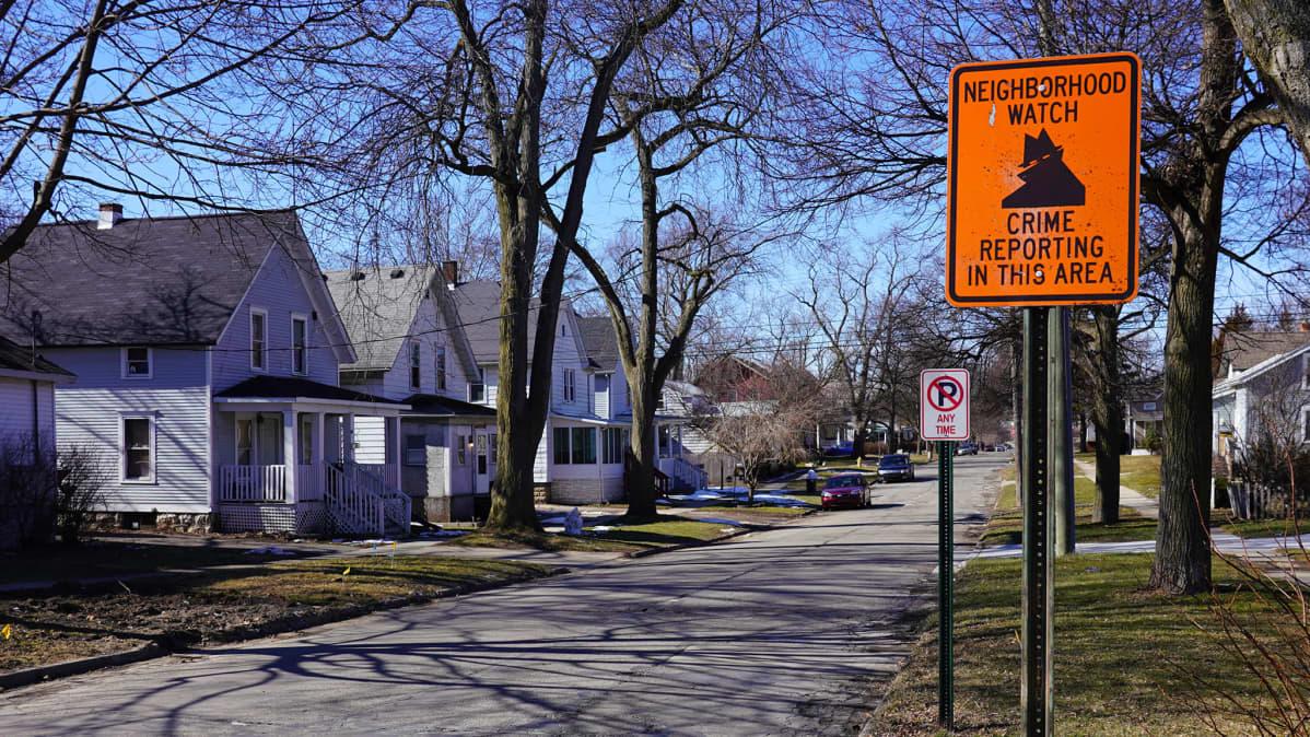 Neighborhood watch -kyltti asuinkadulla Michiganin Monroessa