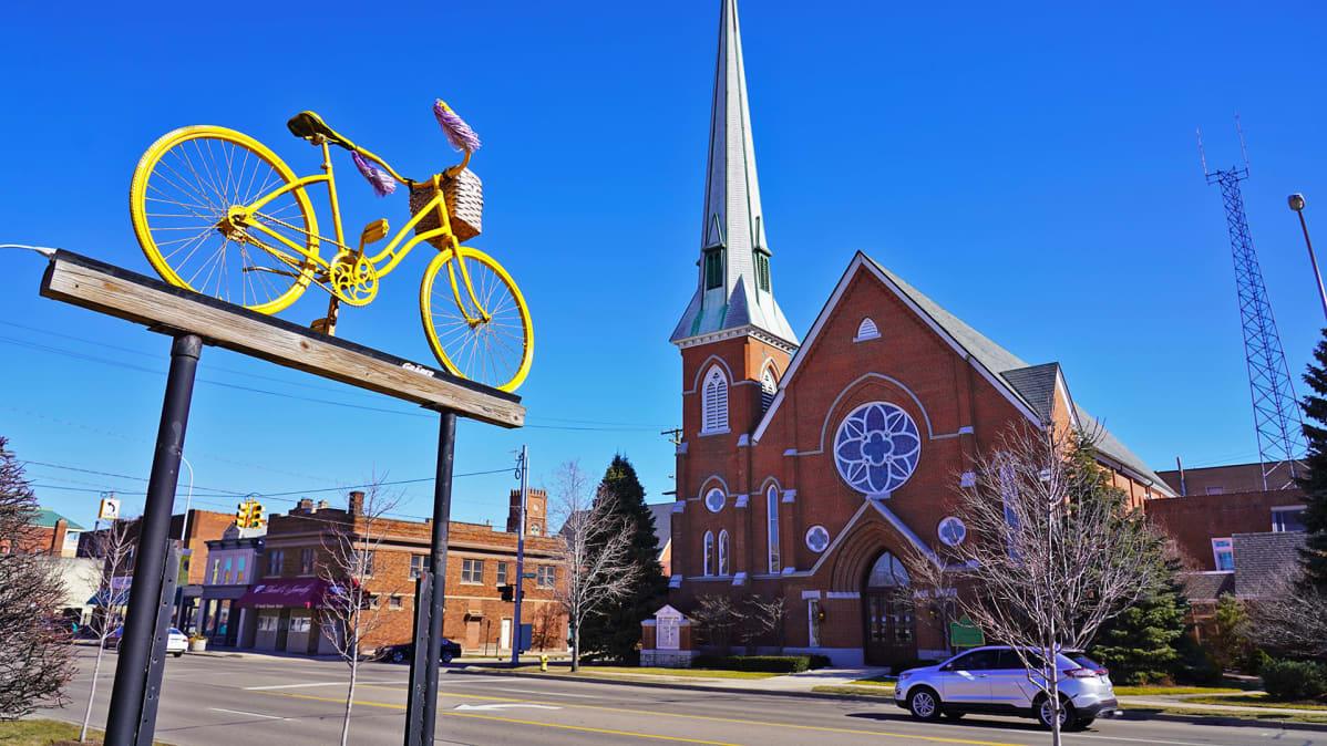 Polkupyöräliike ja kirkko Monroen pääkadulla Michiganissa