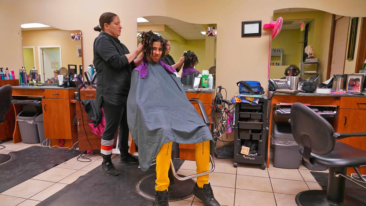 Jocelyn James työpaikallaan parturissa Monroessa, Michiganissa