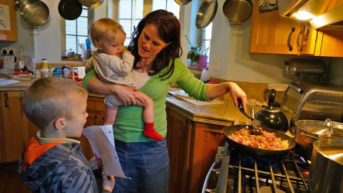 Natalie Bruck lastensa kanssa keittiössä