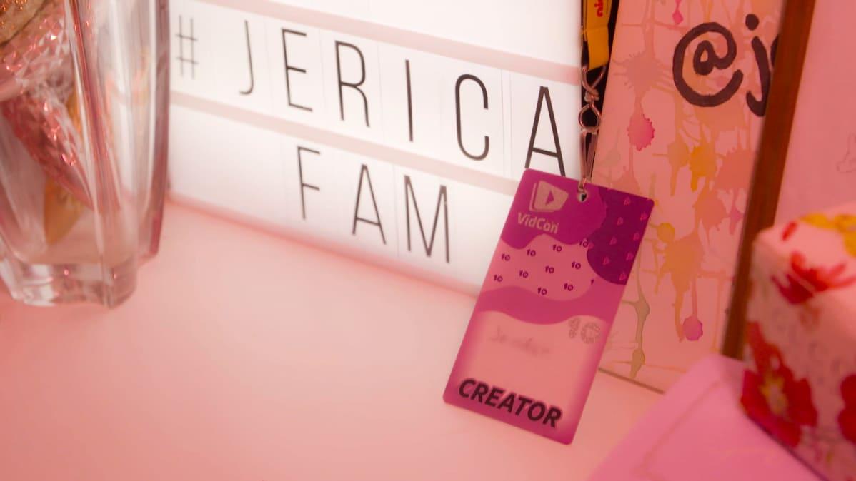 Kuva Jennifer Käldin lipastosta. Lipaston päällä on valotaulu ja Vidcon-passi.