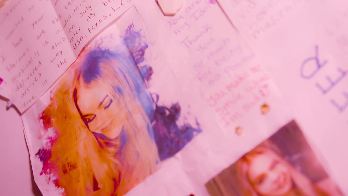 Kuva Jennifer Käldin saamasta fanikirjeestä, jonka hän on ripustanut seinälle.
