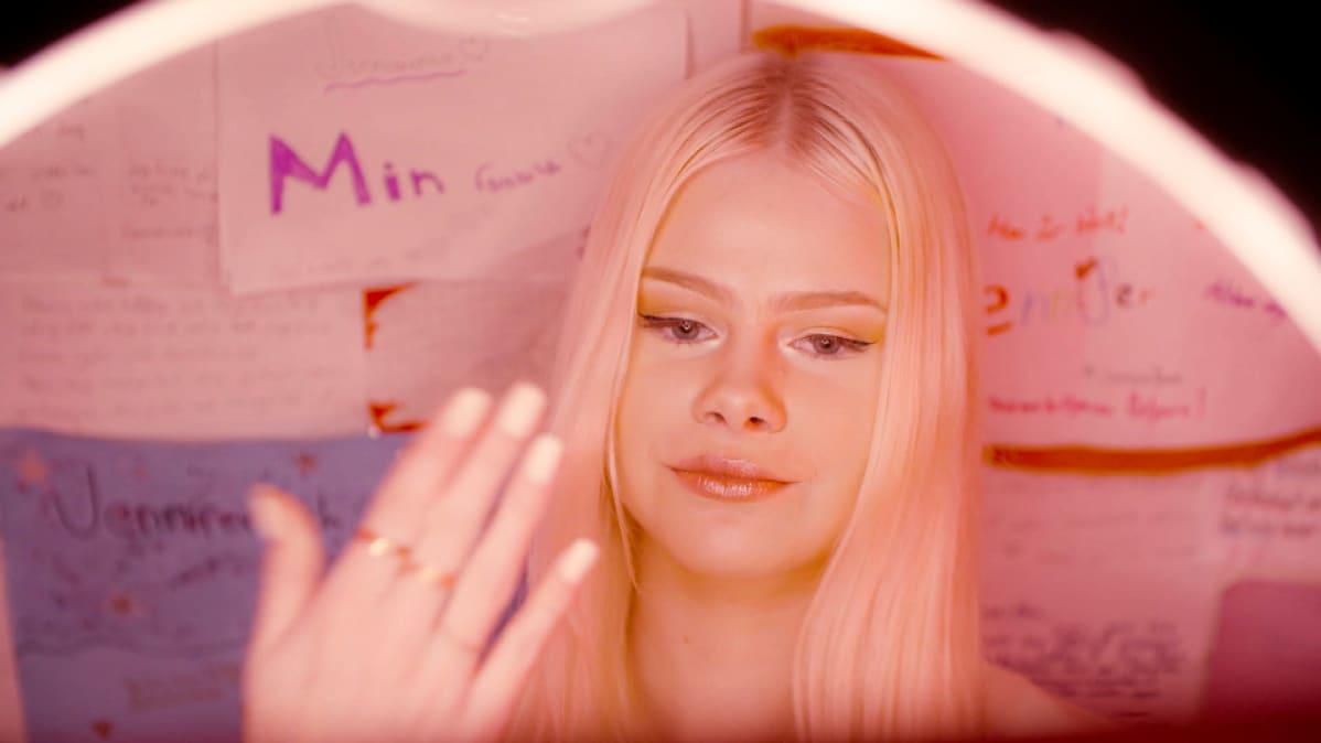 Jennifer Käld tanssii ja kuvaa TikTok-videota.