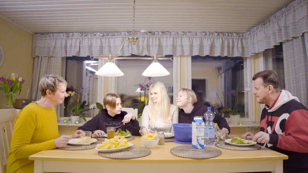Kuvassa on Jennifer Käld päivällisellä yhdessä perheensä kanssa. Pöydän ääressä istuu Jenniferin lisäksi äiti, isä, veli ja sisko.