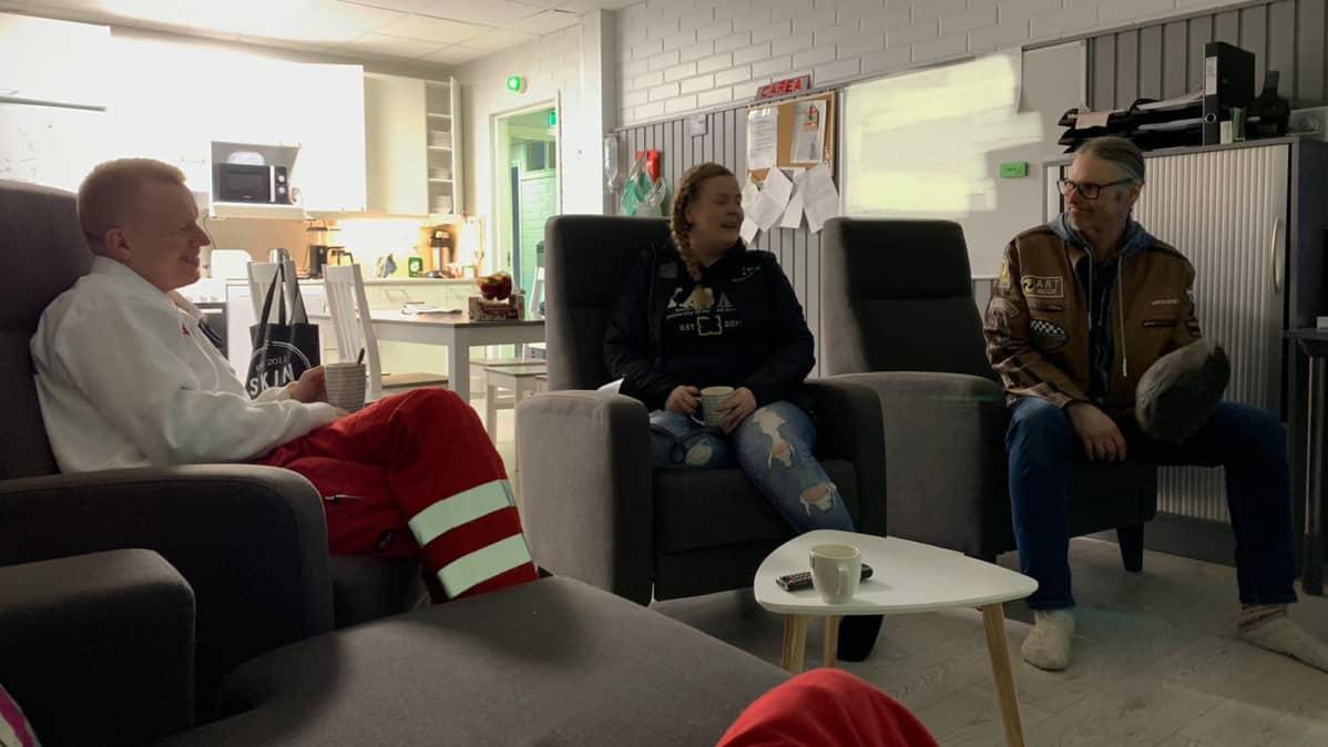 Tea Salo sairaalassa juttelemassa lääkärin sekä aviomiehensä kanssa.