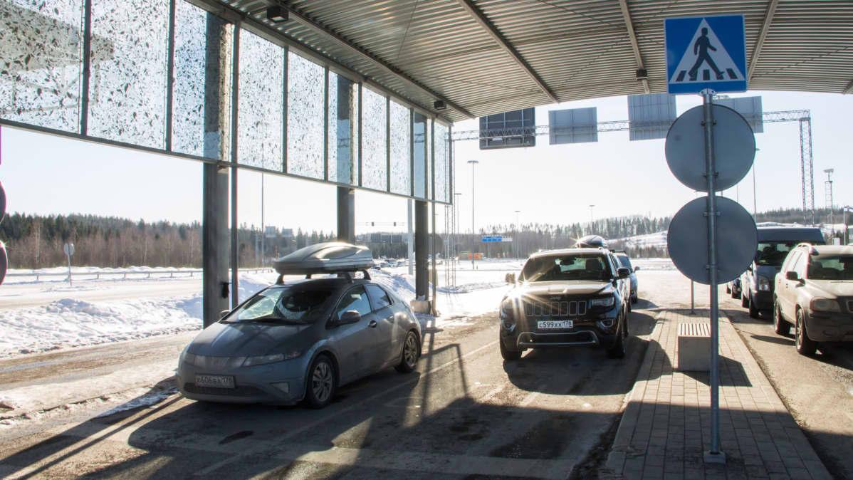 Autoja Nuijamaan raja-asemalla.