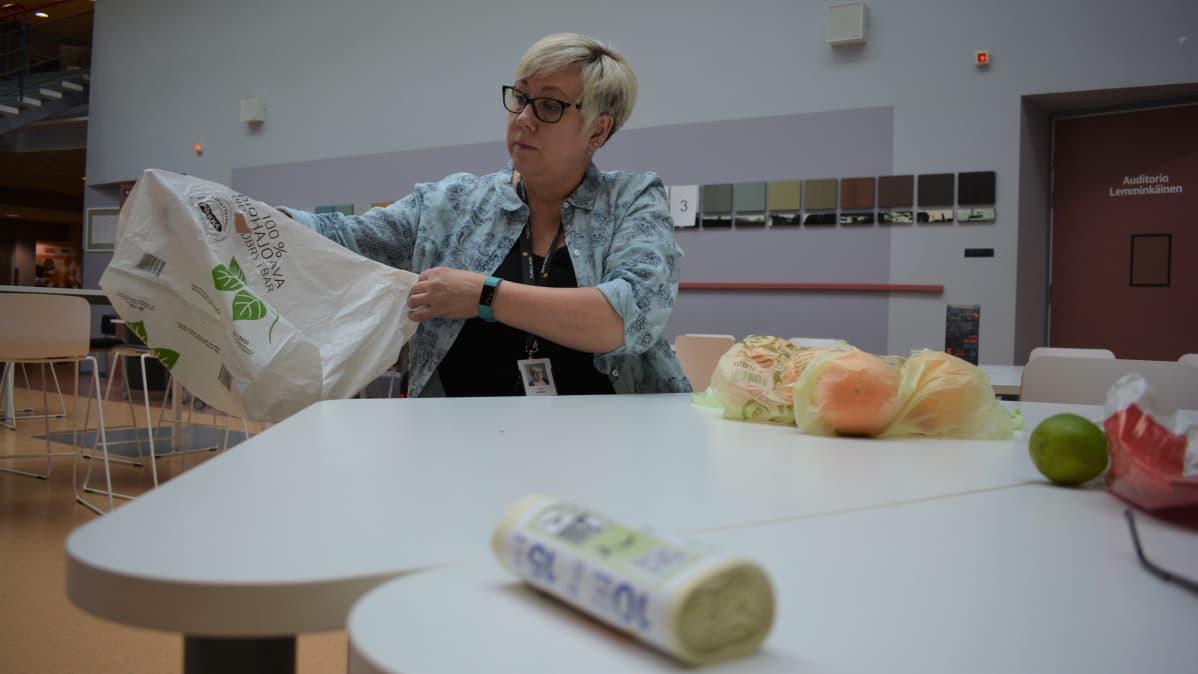 Liisa Lehtinen Turun amk:sta arvioi biohajoavan muovin ominaisuuksia.