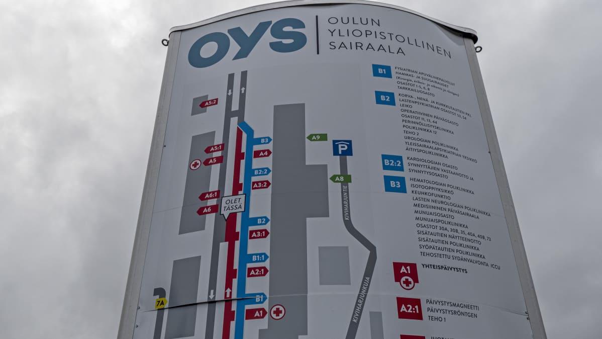 Oulun yliopistolllisen sairaalan opastetaulu ulkona.