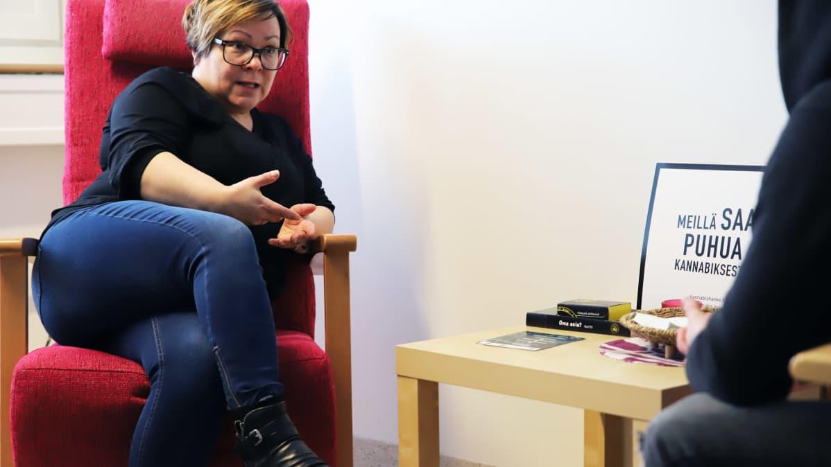 Päihdetyöntekijä Piia Bimberg keskustelee huumenuoren kanssa