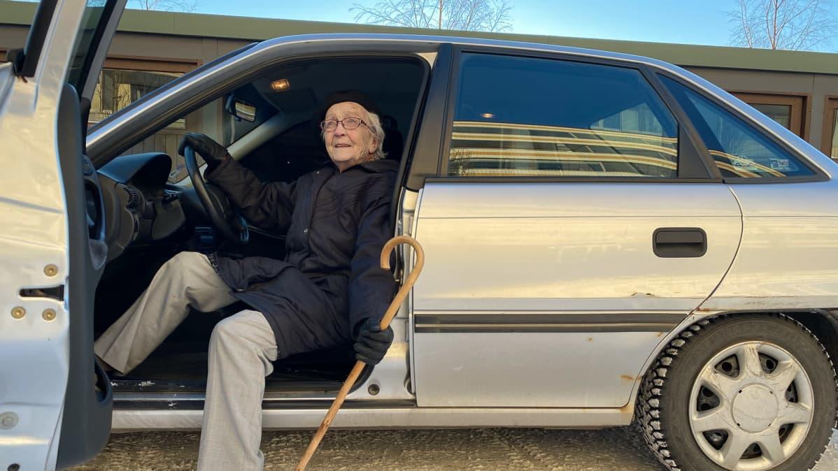 Anna Perälä istuu autonsa etupenkillä