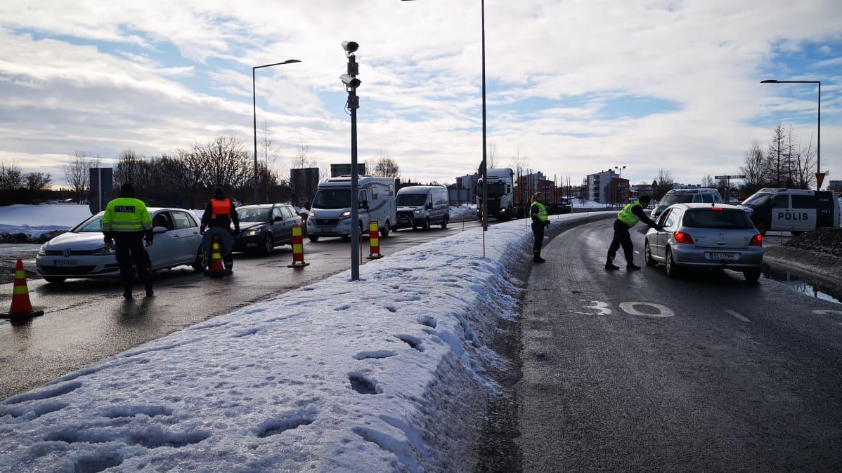Rajavalvontaa Ruotsin vastaisella rajalla. Rajavartijat puhuttavat saapuvissa ja lähtevissä autoissa istuvia kuljettajia.