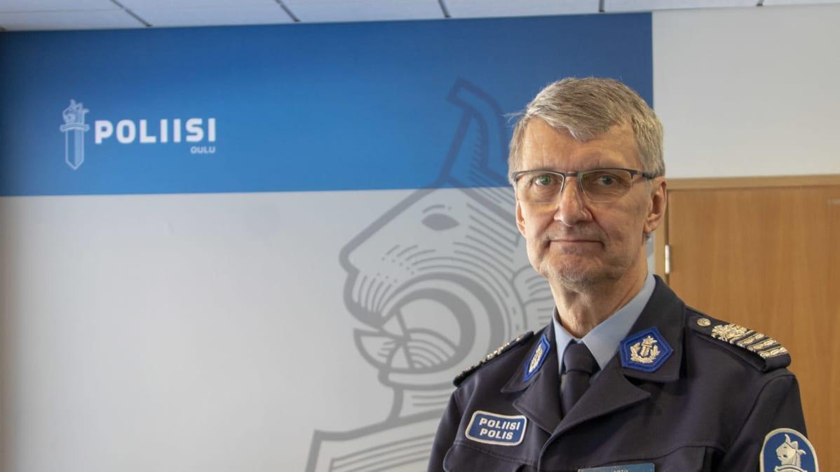 Poliis Arto Karnaranta  kuvassa sisällä, taustalla txt poliisi Oulu