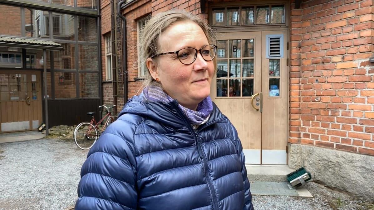 Päivi Söderberg Polvikadulla Tampereella sijaitsevan talon sisäpihalla