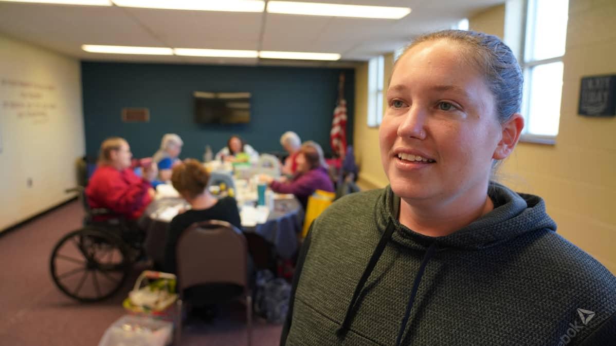Jocelyn James haastateltavana vanhusten päiväkeskuksessa Monroessa, Michiganissa