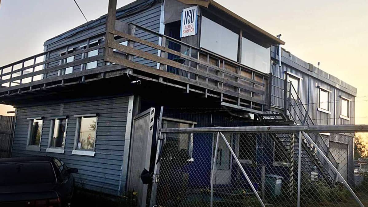 Parakkirakennus, jossa MOT:n haastattelemat työmiehet asuivat.