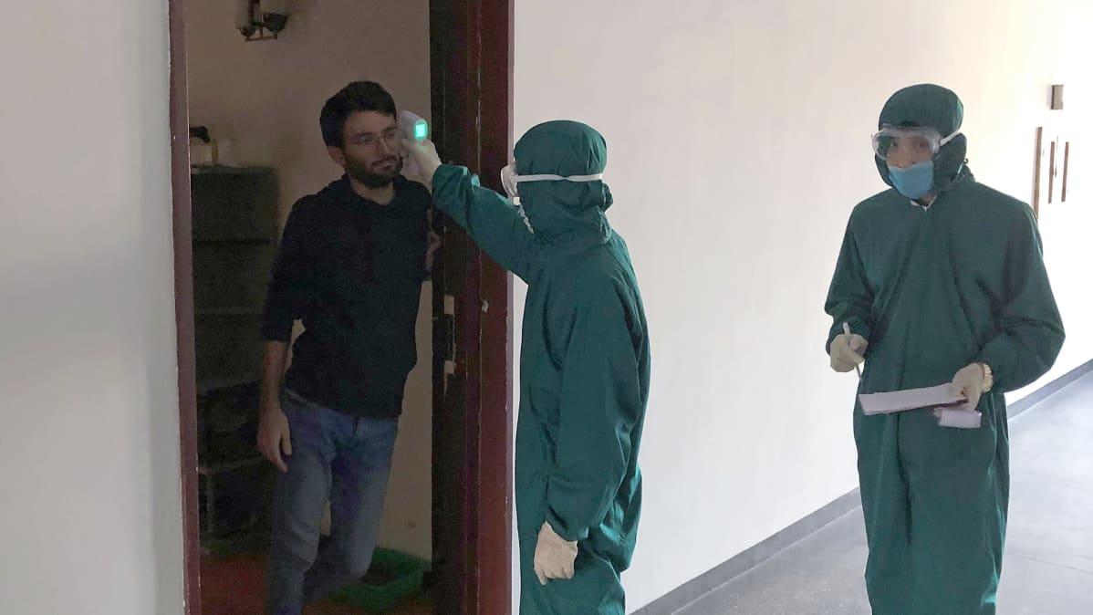 Pjongjangissa viranomaiset mittaavat ulkomaalaisen kuumetta