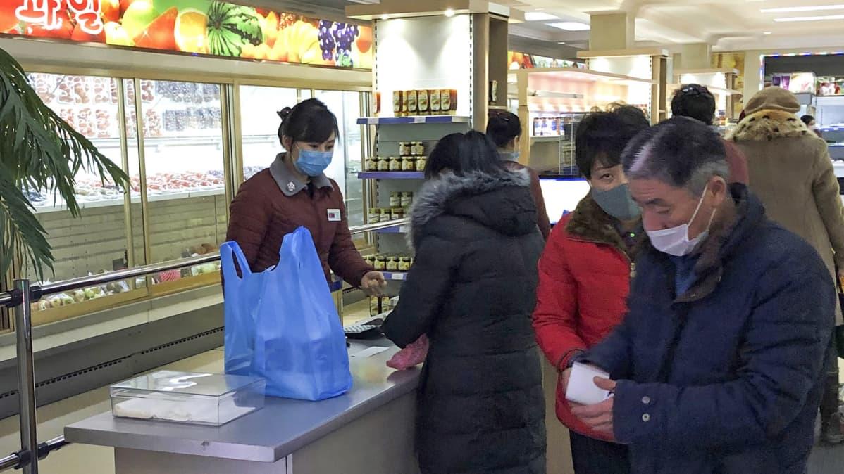 Pohjoiskorealaisessa kaupassa kaikilla on hengityssuojat.