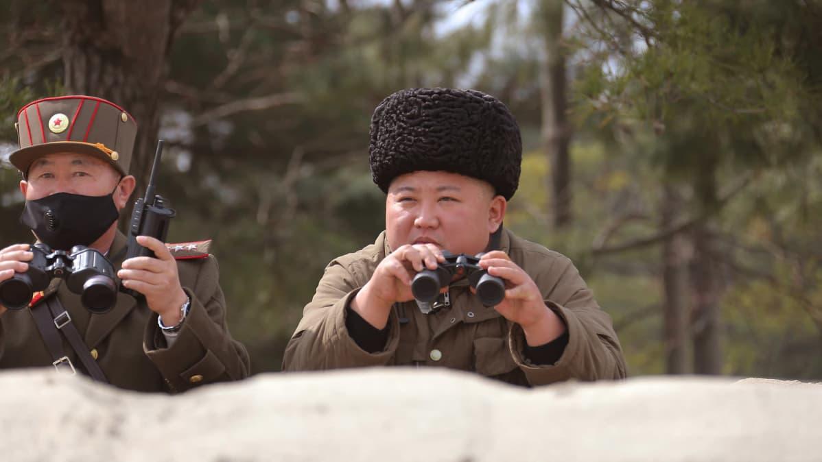 Pohjois-Korean johtaja Kim Jong-un valvoo sotaharjoitusta