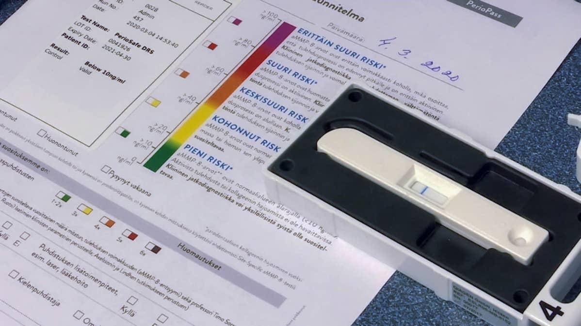PerioSafe-testitikku ja analyysilomake.