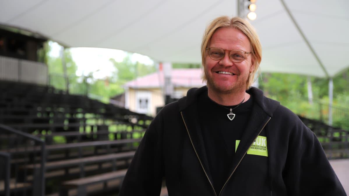 Otto Kanerva hymyilee lähikuvassa