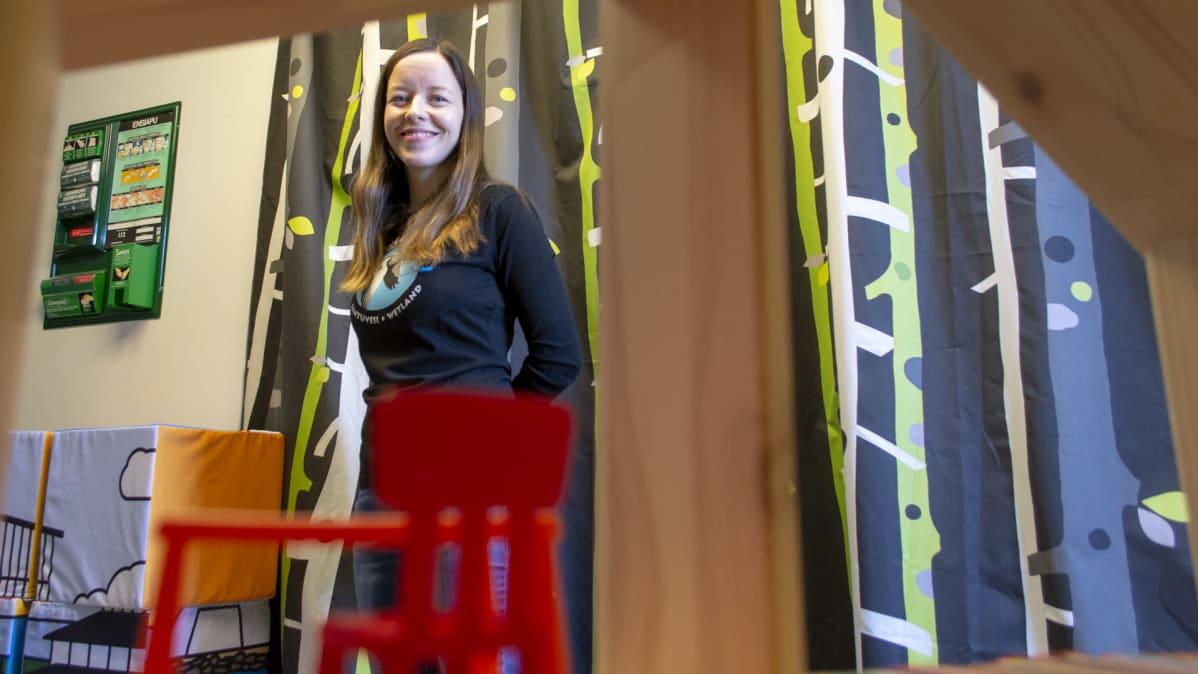 Liminganlahden luontokeskus  Sari Peltoniemi katsoo kameraan lasten leikkihuoneessa