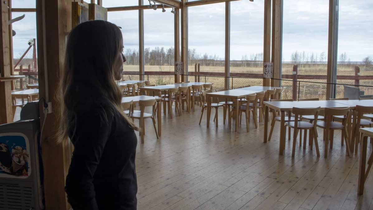 Liminganlahden luontokeskuks kahvio Sari Peltoniemi katselee ulos