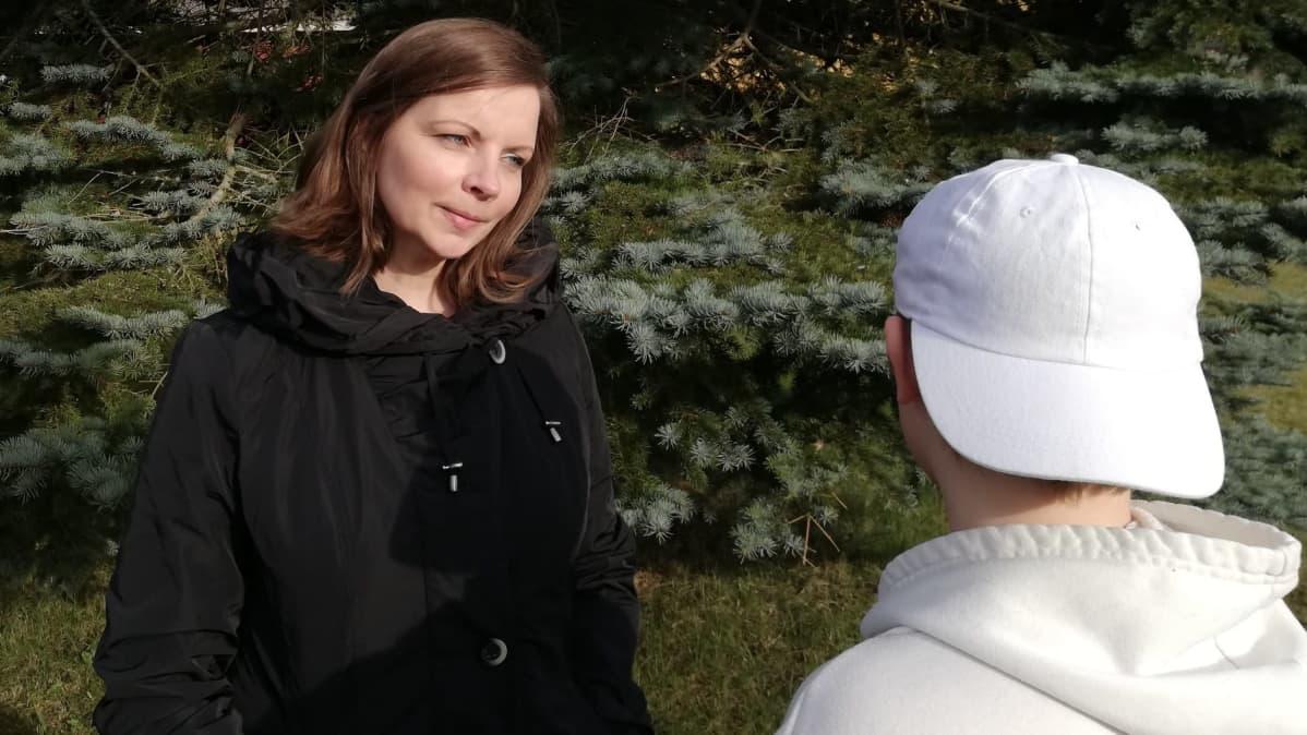 Koulukuraattori Hanna Kaasinen keskustelee lapsen kanssa.