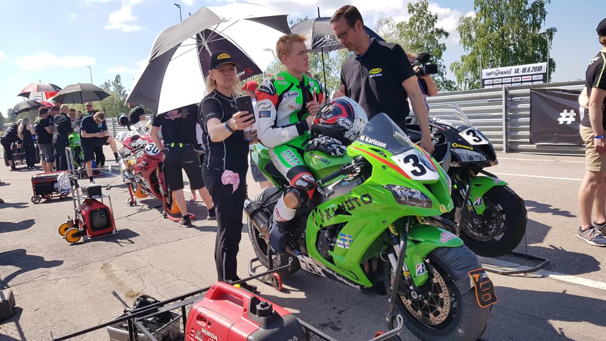 Ratamoottoripyöräilijä valmistautuu lähtöön Imatranajossa