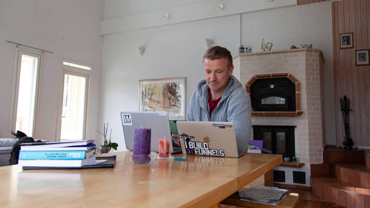Mika Tonder kotona etätöissä