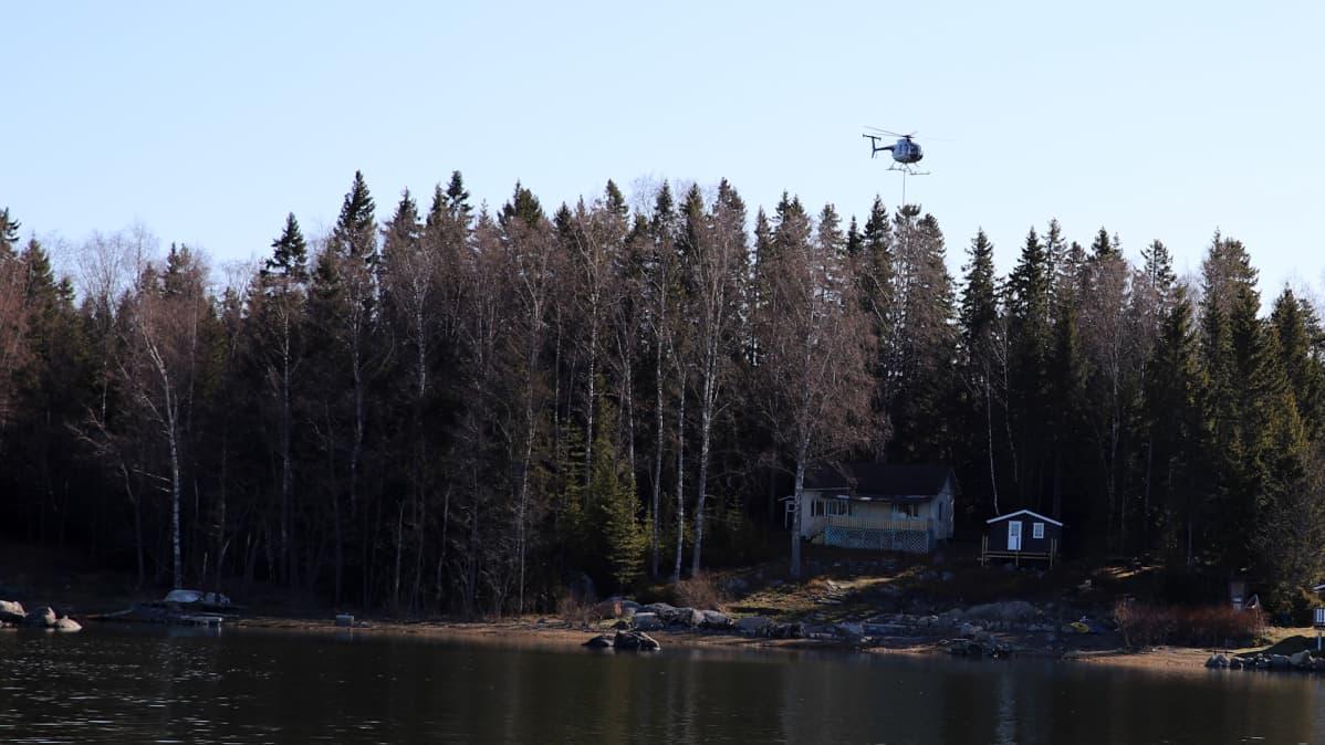 Helikopteri lentää Vaasan saaristossa